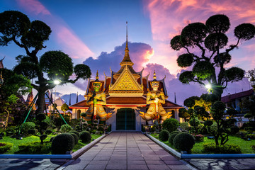 Poster Bedehuis Wat Arun Temple at sunset in bangkok Thailand. Wat Arun is a Buddhist temple in Bangkok Yai district of Bangkok, Thailand, Wat Arun is among the best known of Thailand's landmarks