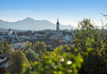 Traunstein in Bayern (Nähe Chiemsee) - Panoramablick mit Ortskern und Bergen