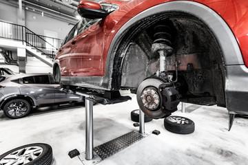 Obraz zawieszenie samochód- serwis samochodowy - fototapety do salonu