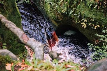 Obraz czerwony wodospad - fototapety do salonu