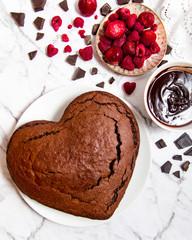Ciasto w kształcie serca z malinami i czekoladą