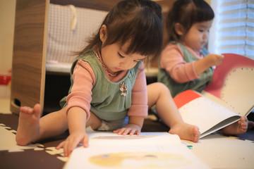 絵本を読む双子