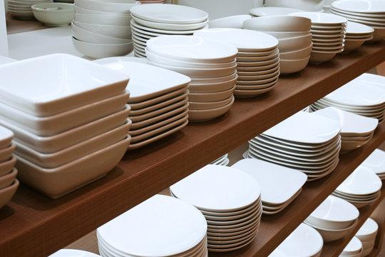 棚に陳列された皿