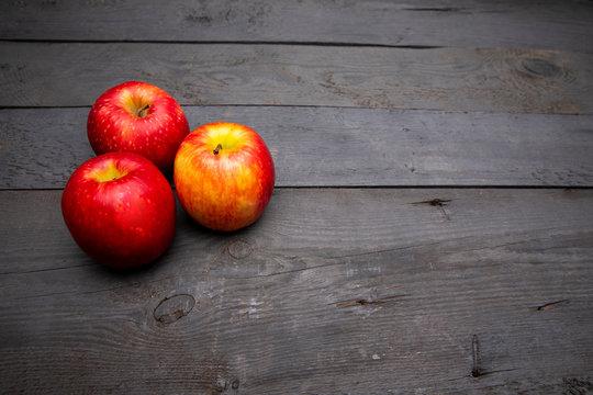 aepfel auf Holzuntergrund / apple on woodbackground
