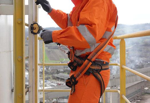 Safety equipment for climbing industrial installation, harness on gliding rail