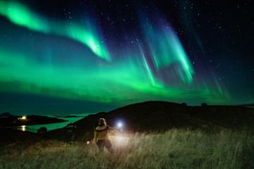 Deurstickers Noorderlicht Woman below the Northern lights