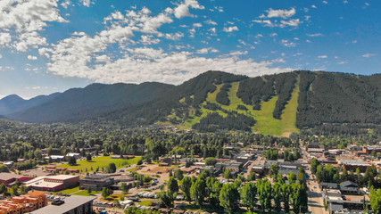 Panoramic aerial view of Jackson Hole homes and beautiful mountains on a summer morning, Wyoming Fototapete