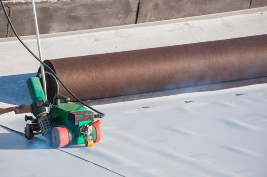 Construction device for installing waterproofing materials on the roof