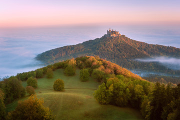 Burg Hohenzollern im Nebel, Baden-Württemberg, Deutschland