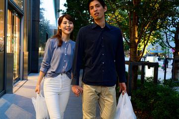 仲良く買い物をして帰るカップル