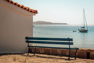 Widok na morze z ławka i żaglówką Grecja Lesvos