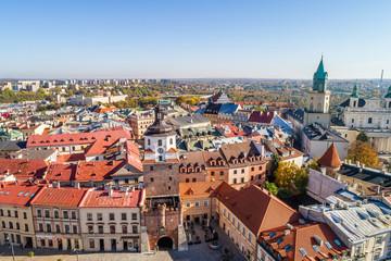 Lublin - Brama Krakowska i stare miasto widziane z lotu ptaka.  Jesienny krajobraz lublina z widoczną wieżą Trynitarską.