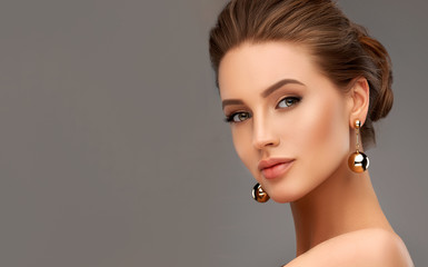 Obraz Beautiful girl . Fashionable and stylish woman in trendy jewelry big earrings .  Fashion look  , beauty and style. Natural makeup & easy styling - fototapety do salonu