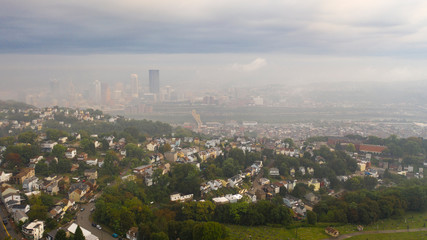 Fotomurales - Aerial View Foggy Sky Over Downtown Pittsburgh Pennsylvania USA