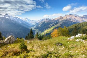 Fototapete - Blick ins Tuxertal in Tirol mit Hintertuxer Gletscher im Hintergrund