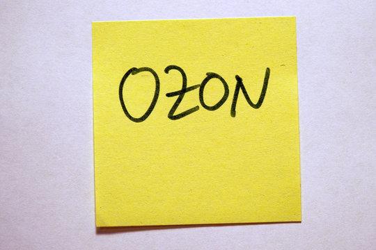 Gelbe Haftnotiz mit Schlagwort Klimawandel Ozon