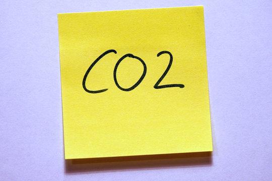 Gelbe Haftnotiz mit Schlagwort Klimawandel CO2