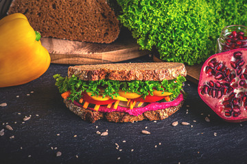 Leckere Regenbogenstulle mit viel Gemüse