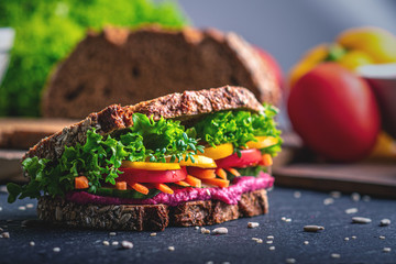 Gesundes Frühstück mit viel Gemüse und Vollkorn-Brot