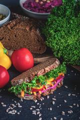 Bunt belegtes Brot mit viel Gemüse