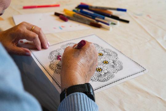 Altenheim Bewohnerin malt Bild aus