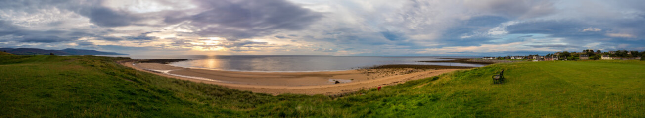 Brora / Szkocja - 28 sierpień 2019: Wschód słońca na brzegu Morza północnego w Brora