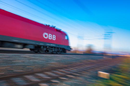 06.07.2019, ÖBB Lokomotive mit Personenzug, Aufnahme am Abend