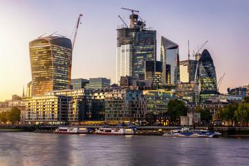 Fotomurales - Blick auf die modernen Wolkenkratzer der City von London bei Sonnenuntergang, Großbritannien