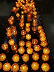 Teelichter, Gebetslichter, Kerzen in einer Kapelle