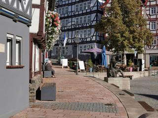 Allein zwischen Fachwerkhäusern in der Altstadt, Häuserschlucht