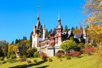 Peles Castle, Romania. Beautiful famous royal castle and ornamental garden in Sinaia landmark of Carpathian Mountains Fototapete