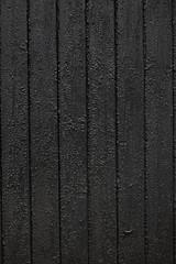 Bretterwand aus schwarz geteerem Holz