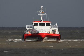 rotes Lotsenboot von vorne