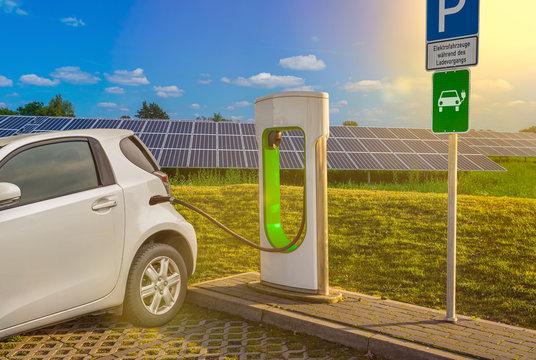 Stromtankstelle Ladestation Elektrotankstelle Elektroauto Weiß Solaranlage Tanksäule
