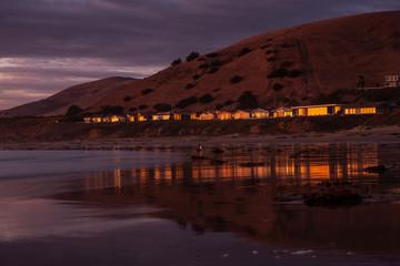 Strandhäuser im Abendlicht in Morro Bay
