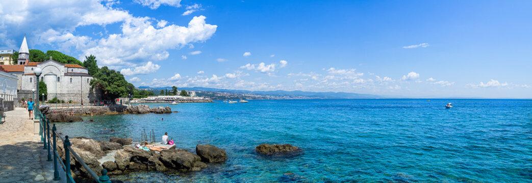 Paisaje marítimo, panorámico de Opatija, en la península de Istria, Croacia,  en verano de 2019
