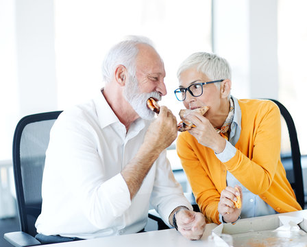 senior couple eat pizza together food restaurant office