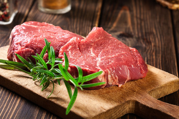 Photo sur Aluminium Steakhouse Fresh raw beef steak sirloin with rosemary