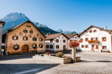Scuol, Dorf, Engadiner Dorf, Brunnen, Unterengadin, Engadin, Engadiner Häuser, Brunnen, Alpen, Graubünden, Sommer, Schweiz