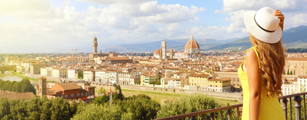 Poster Toscane Beautiful woman in the city of Florence birthplace of the Renaissance. Panoramic banner with pretty girl enjoying view of Florence city in Tuscany, Italy.