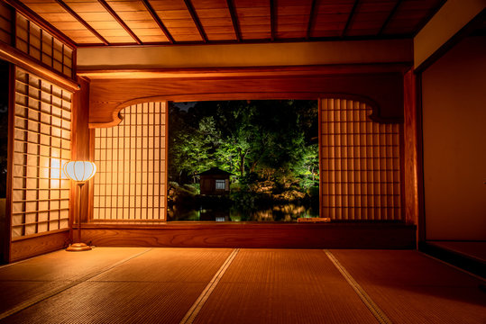 和室から日本庭園の紅葉のライトアップを眺める