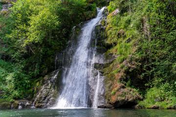 Papiers peints Rivière de la forêt Waterfall in the middle of a forest