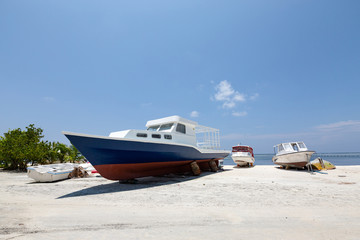 Fototapete - Luxury motorboats on tropical beach