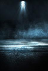In de dag Licht, schaduw Empty background scene. Dark street reflection on the wet pavement. Rays neon light in the dark, neon figures, smoke. Night view of the street, the city. Abstract dark background. Abstract spotlight.
