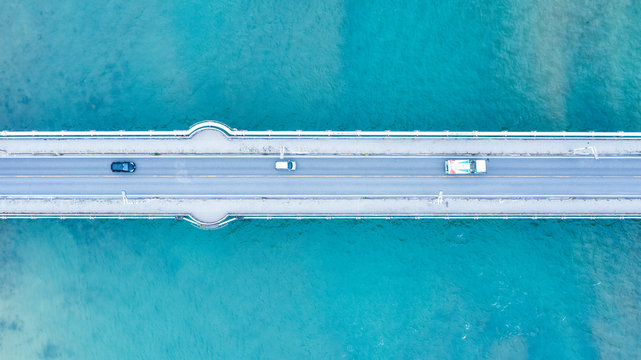 海上の橋を渡る自動車