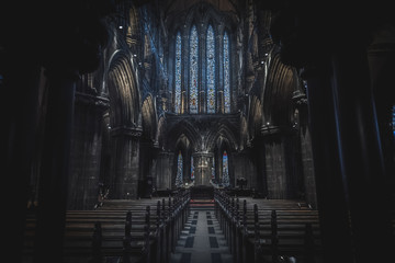 In de dag Oude gebouw GLASGOW, SCOTLAND, DECEMBER 16, 2018: Magnificent perspective view of interiors of Glasgow Cathedral, known as High Kirk or St. Mungo, with huge stained glasses. Scottish Gothic architecture.