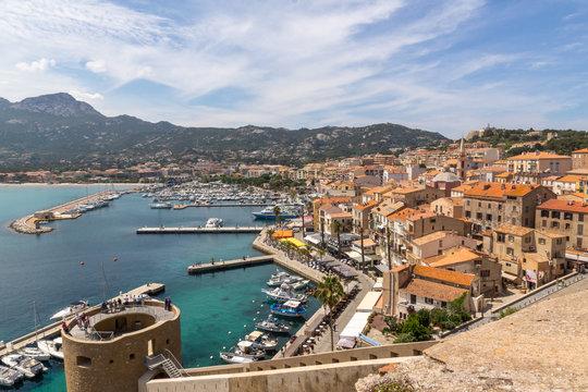 Vue aérienne sur la ville de Calvie en haute corse. Paysage. Voyage, tourisme, méditerranée, France