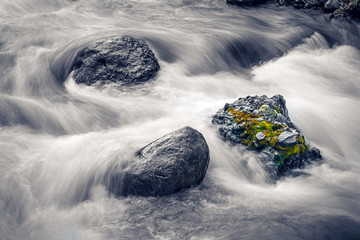 Long exposure of water flowing over rocks in stream, Fototapete
