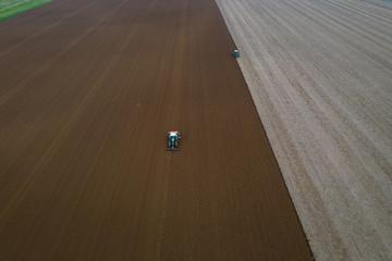 Travail de la terre en automne, laboure et semis /Work of the land in autumn, plowing and sowing
