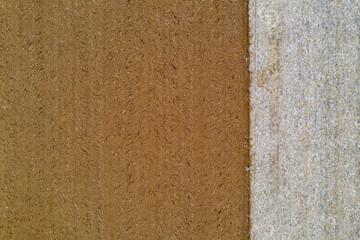 vue aérienne d'une terre labourée à gauche et les chaumes à droite / Aerial view of a plowed land on the left and stubble on the right